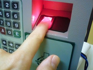 Es gibt neben dem Benutzername-Passwort Prinzip noch weitere Möglichkeiten sich ein zu loggen. Quelle: http://upload.wikimedia.org/wikipedia/commons/6/67/Fingerprint_scanner_identification.jpg